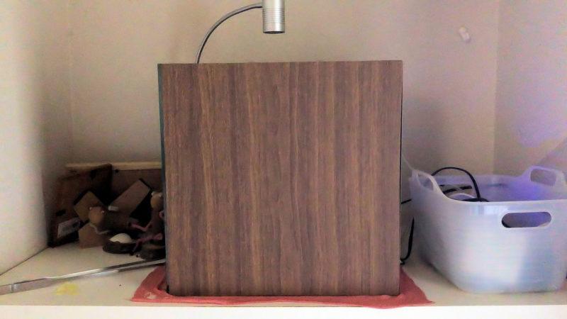 水槽ガラス面に木目調遮光板を取り付け