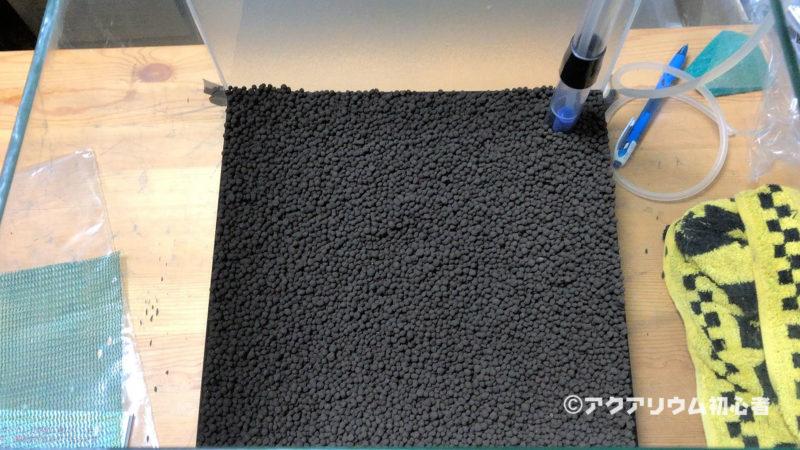 底床材としてソイルを敷き詰める