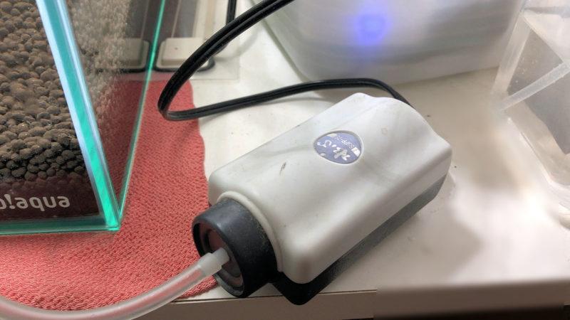 底面フィルターにエアーポンプを接続する